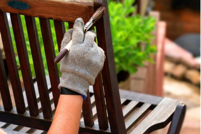Gør havemøblerne sommerklare