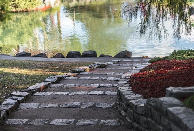 Lad være med at bruge tid på at lægge fliser i haven – få en brolægger til det